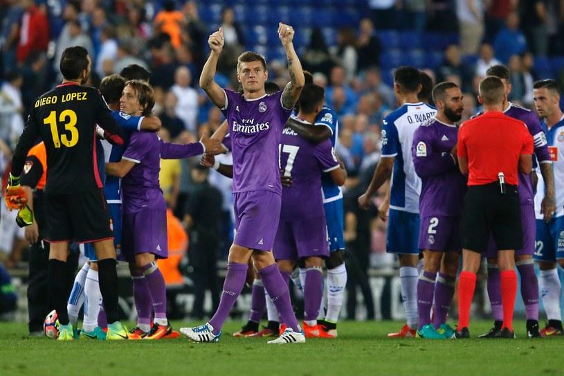 Toni Kroos (Real, w środku) po zwycięstwie z Espanyolem Barcelona /AFP