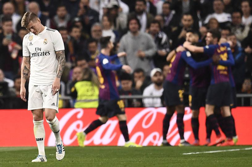 Toni Kroos załamany w meczu z FC Barcelona /OSCAR DEL POZO /AFP