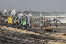 Tonie kontenerowiec z chemikaliami. Ratownicy odholowują go w głąb morza