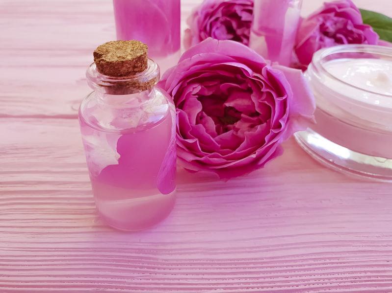 Tonik różany ukoi skórę i wzmocni naczynka /123RF/PICSEL