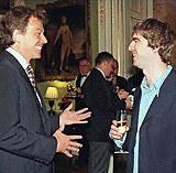 Tony Blair i Noel Gallagher (Oasis) w siedzibie premiera w 1997 roku /AFP