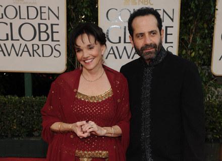 Tony Shalhoub i Brooke Adams na czerwonym dywanie przed ceremonią wręczenia Złotych Globów /AFP