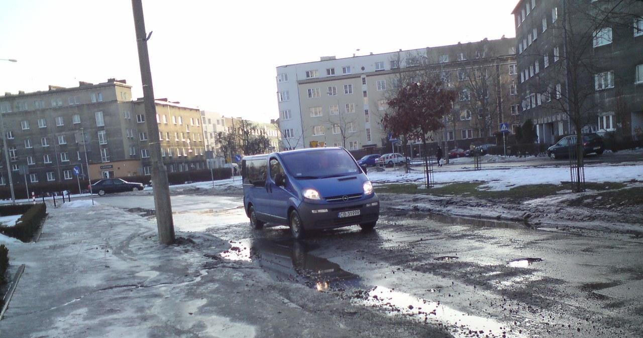 Topniejący śnieg odsłonił dziury na polskich drogach