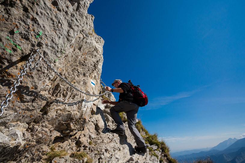 TOPR-owcy apelują do turystów o ostrożność i podkreślają, że upadek z takiej wysokości mógłby się skończyć śmiercią /123RF/PICSEL