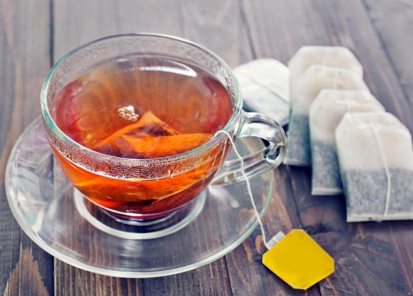 Torebki zaparzonej herbaty, rumianku układaj na powiekach kilka razy dziennie /123RF/PICSEL