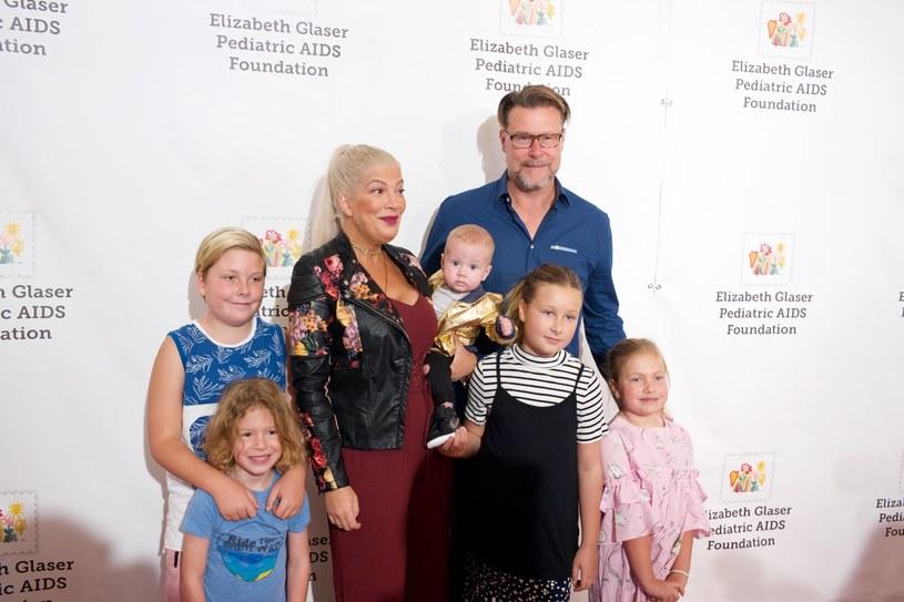 Tori Spelling i Dean McDermott z dziećmi /Earl Gibson III /Getty Images