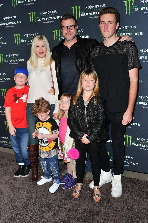 Tori Spelling i Dean McDermott z dziećmi /Allen Berezovsky /Getty Images