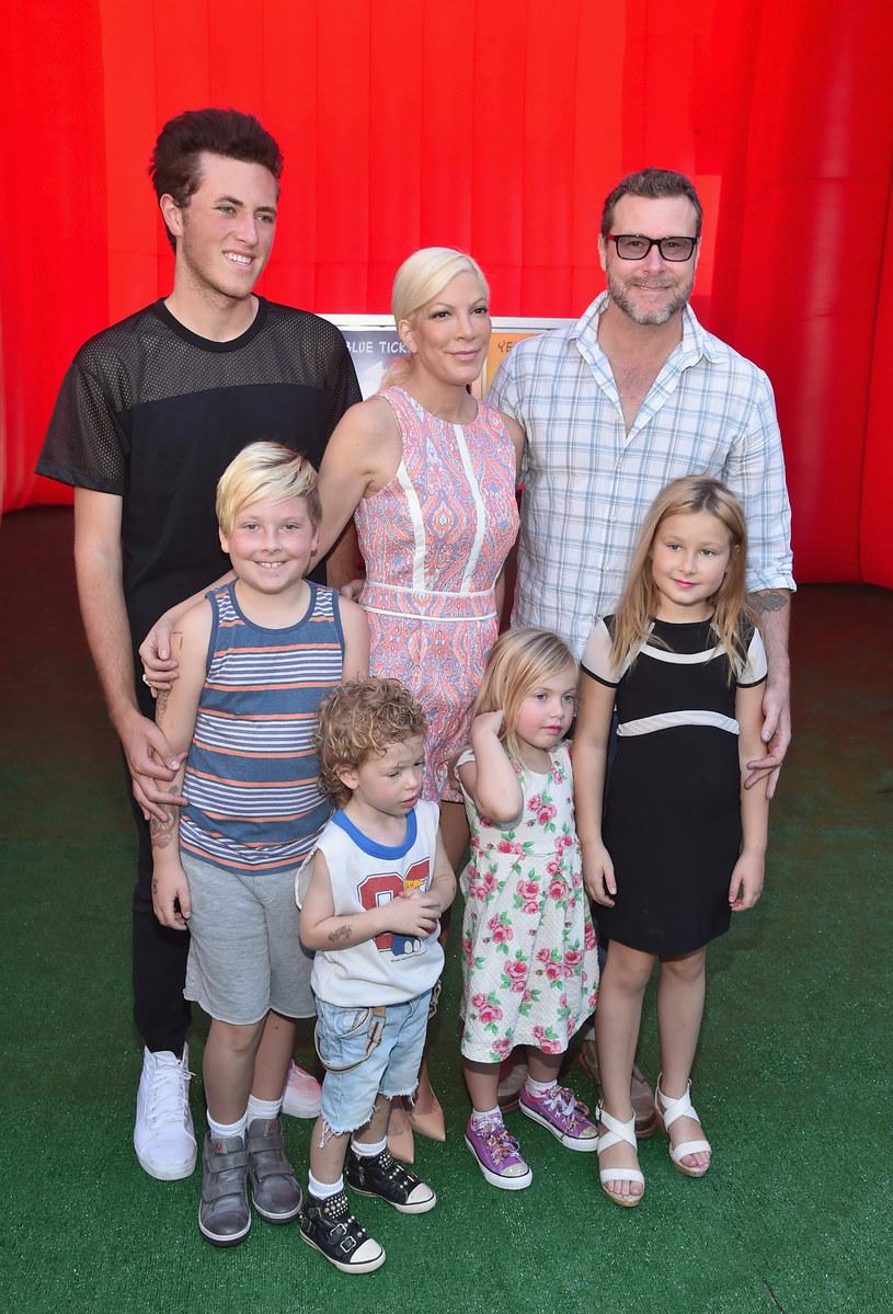 Tori Spelling z mężem, dziećmi i pasierbem /Alberto E.Rodriguez /Getty Images