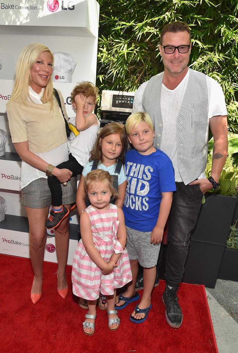 Tori Spelling z mężem i dziećmi /Alberto E. Rodriguez /Getty Images