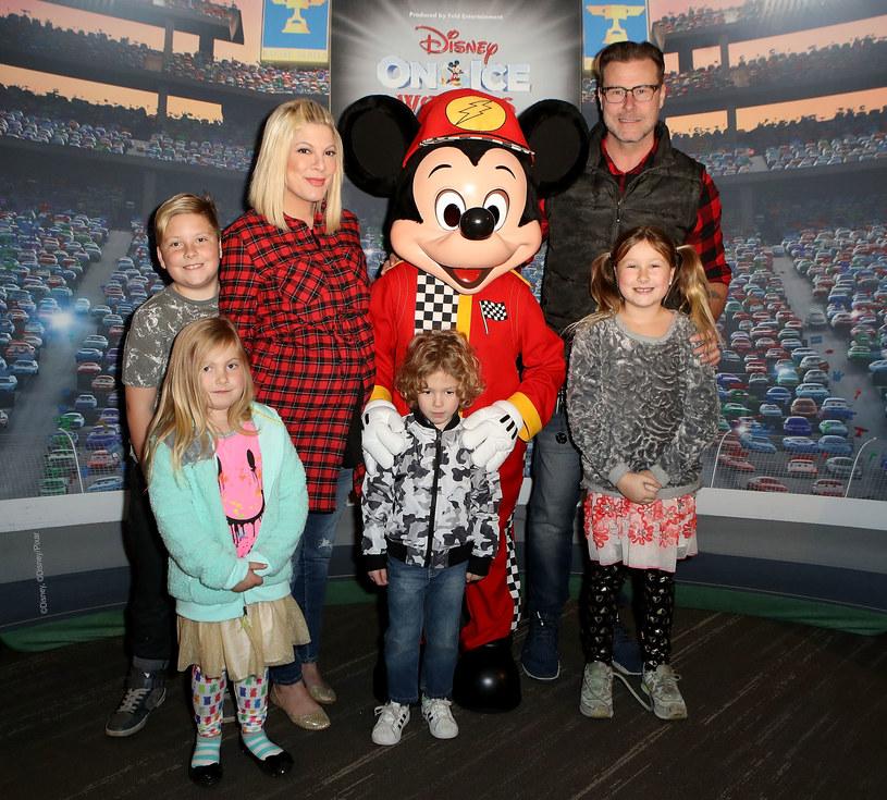 Tori Spelling z mężem i najstarszymi dziećmi /Ari Perilstein /Getty Images