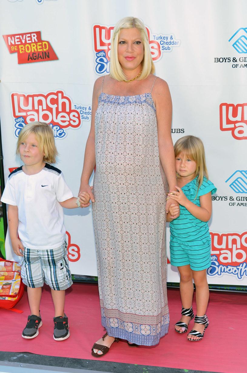 Tori Spelling z synem Liamem i córką Stellą /Alberto E. Rodriguez /Getty Images
