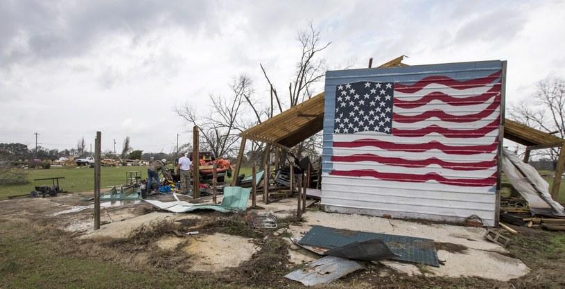 Tornada spowodowały wiele zniszczeń /PAP/EPA