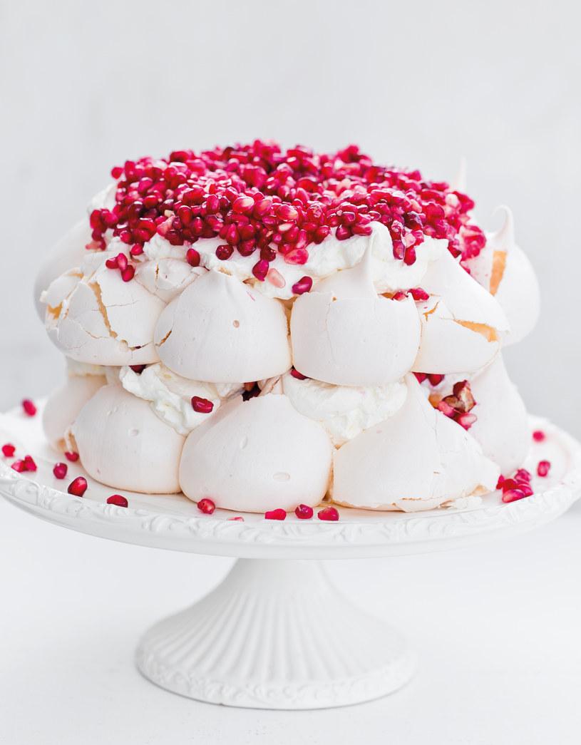 Tort bezowy Pavlova z granatami /materiały prasowe