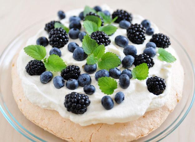 Tort bezowy z owocami leśnymi /123RF/PICSEL