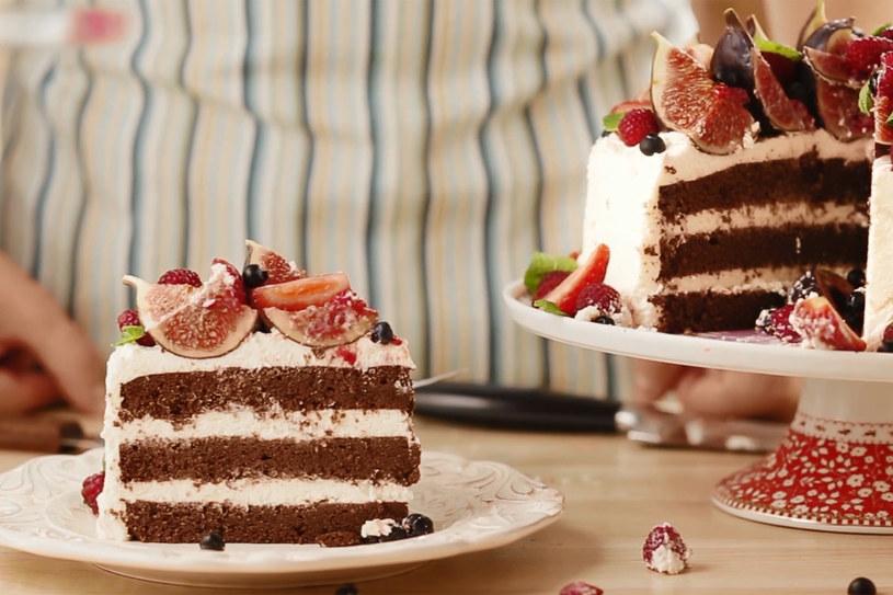 Tort czekoladowy z kremem na bazie mascarpone i świeżymi owocami /Styl.pl