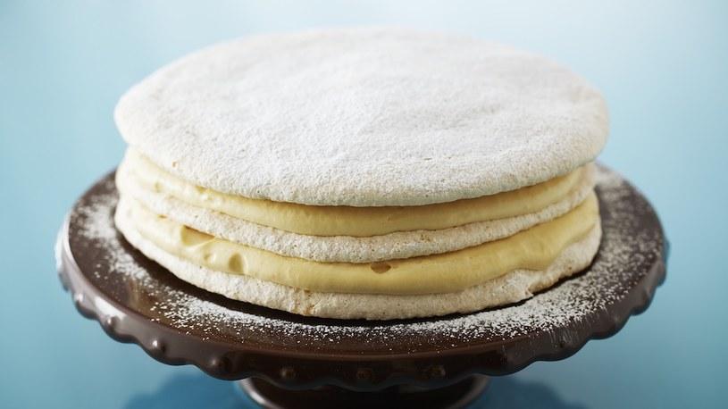 Tort dacquoise z orzechami laskowymi /materiały prasowe