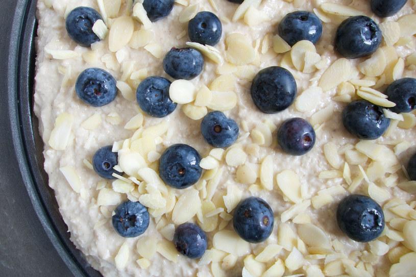 Tort możesz posypać migdałowymi płatkami i udekorować owocami /123RF/PICSEL
