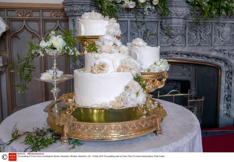 Tort pary młodej wykonany przez Claire Ptak. Meghan i Harry zdecydowali się na smak cytryn i czarnego bzu /East News