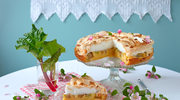Tort rabarbarowy pod kruchą bezą