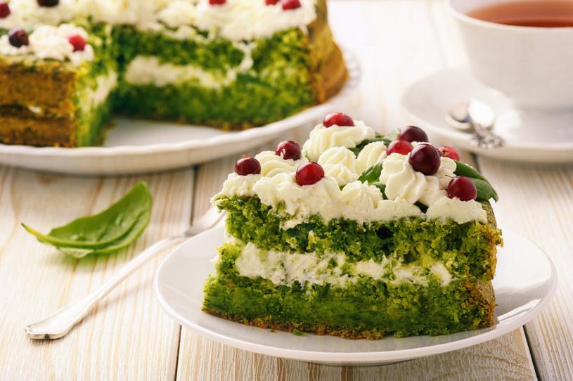 Tort szpinakowy z owocami /123RF/PICSEL