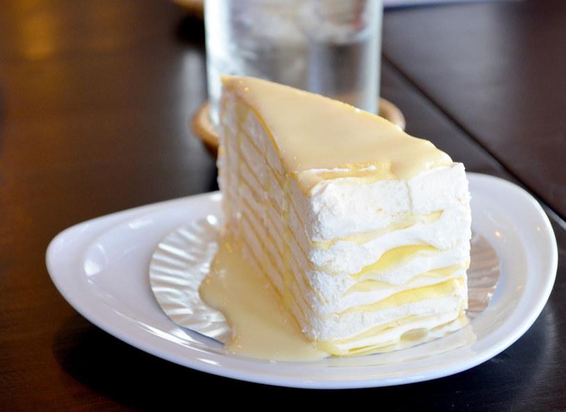 Tort udekoruj owocami i orzechami /123RF/PICSEL