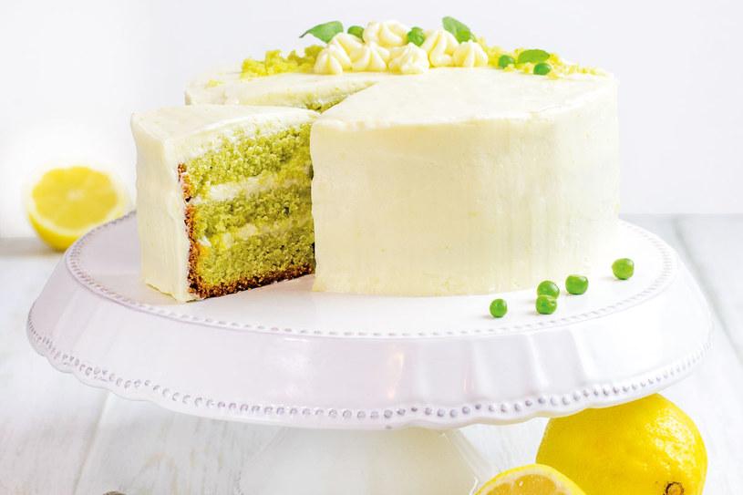 Tort z ciasta waniliowo-groszkowego przekładany cytrynowym kremem maślanym /Styl.pl/materiały prasowe