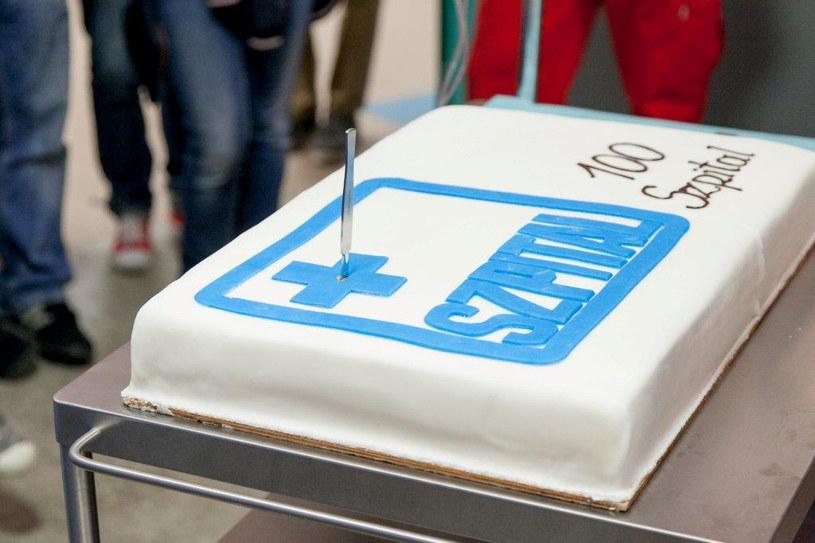 Tort został pokrojony przez serialowego ordynatora... skalpelem! /TVN