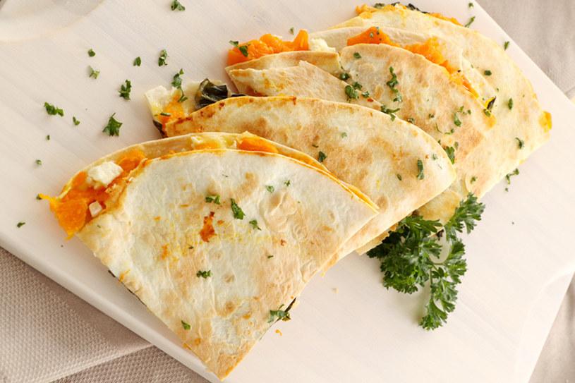 Tortille serwowaną na wynos zwykle się zwija, w restauracji częściej dostaniesz ją złożoną na pół lub pokrojoną w trójkąty /© Panthermedia