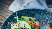 Tost z sałatką z grillowanego łososia teriyaki