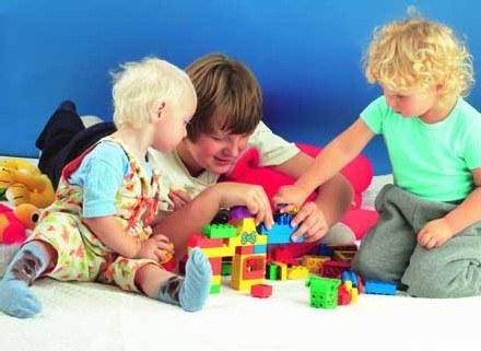 Towarzysze zabaw stają się równie ważni, co rodzice. /INTERIA.PL