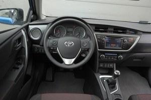 Toyota Auris Touring Sports 1.6 Dynamic: klasyka w nowoczesnym wydaniu. Kierownica spoczywa niemal pionowo, tylko jednostrefowa klimatyzacja automatyczna i kwarcowy zegarek. Prosta obsługa i... niebieskie podświetlenie. /Motor