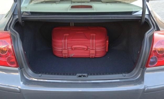 toyota avensis bagażnik /Motor