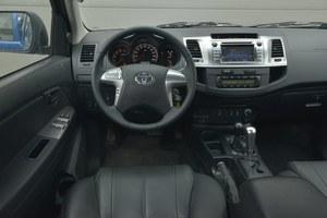Toyota Hilux 3.0 D-4D 171 KM SR5 A/T 4x4: deska rozdzielcza może nie zachwyca, ale jest ergonomiczna i wykonana solidnie. Fabryczną nawigację można sobie darować – jest zbyt droga, jak na to, co oferuje. Jej plus to wbudowana kamera cofania. /Motor