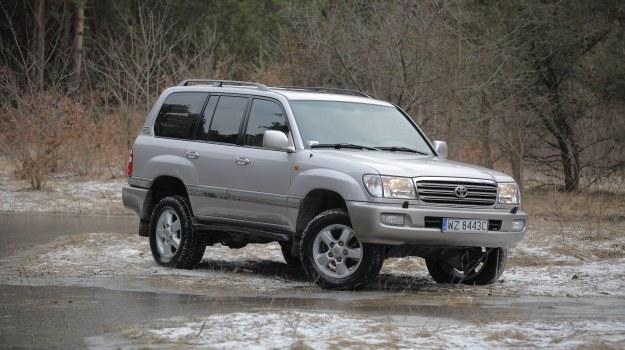 Toyota Land Cruiser J100 to prawdziwy zdobywca bezdroży. /Motor