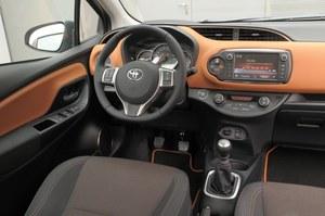 Toyota Yaris 1.33 Prestige: deska rozdzielcza Yarisa wygląda dużo efektowniej niż ta w Fabii. Po face liftingu materiały są lepszej jakości i przyjemniejsze w dotyku. Większe niż w Skodzie pokrętła klimatyzacji ułatwiają jej obsługę. Nie brakuje tu schowków i półek na drobiazgi. /Motor