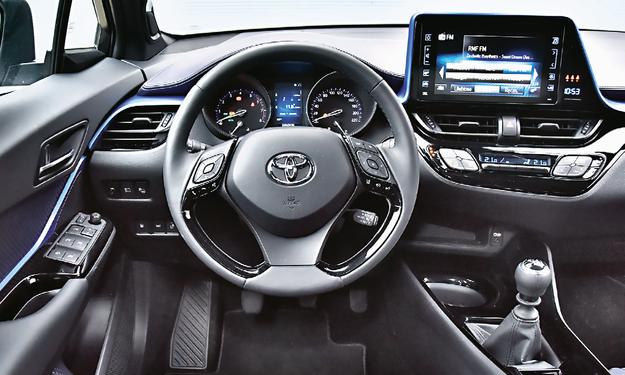 TOYOTA Z testowanej czwórki Toyota C-HR ma najlepiej wykończone wnętrze. Okazuje się ono także ergonomiczne i łatwe w obsłudze. A do tego ciekawie wygląda. /Motor