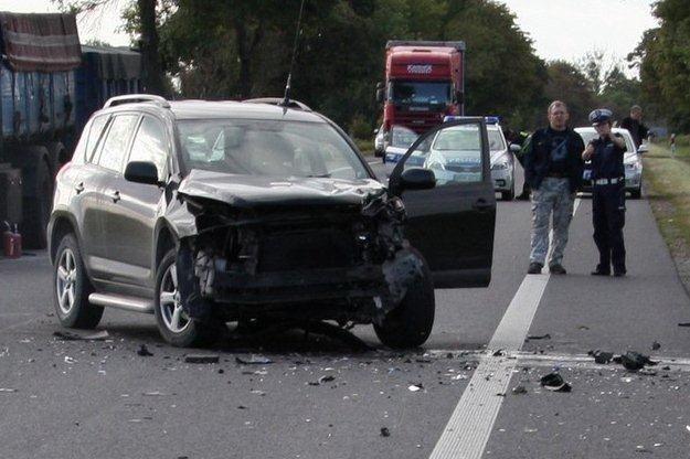 Toyota została uderzona w lewy przedni błotnik /PAP