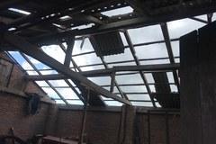 Trąba powietrzna niedaleko Lublina. Wyrwane dachy z krokwiami