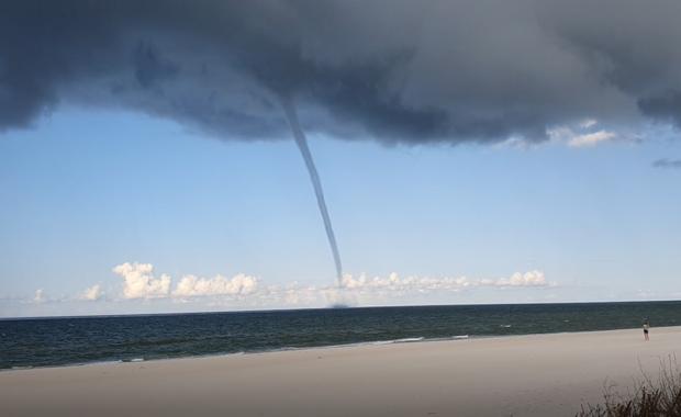 Trąba wodna nad Bałtykiem. Turyści uciekali z plaży [FILMY]