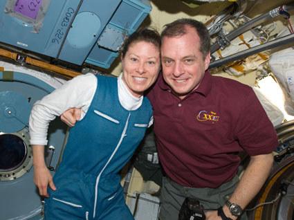 Tracy Caldwell Dyson (po lewej) czeka już w ISS  /NASA