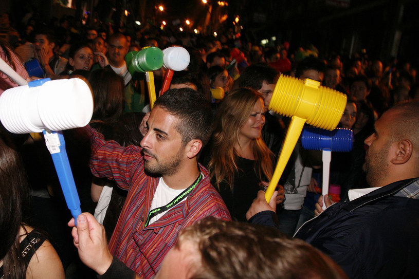 """Tradycją Festa de São João jest uderzanie młotkiem po głowach znajomych i przechodniów - """"na szczęście"""" /materiały prasowe"""