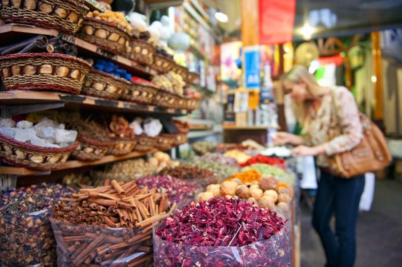 Tradycyjne arabskie bazary przyciągają w Dubaju tłumy turystów /materiały prasowe