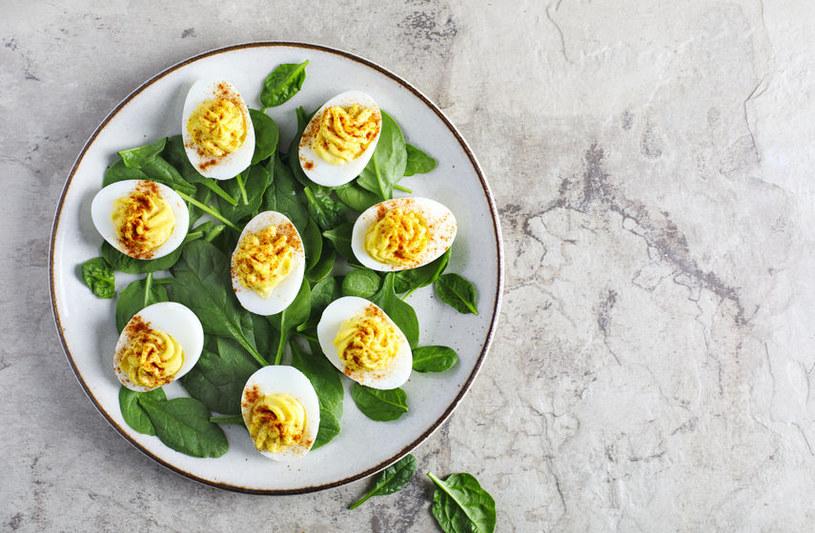 Tradycyjne jajka faszerowane /123RF/PICSEL