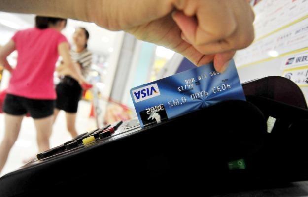 Tradycyjne karty kredytowe są zastępowane przez nowsze rozwiązania /AFP