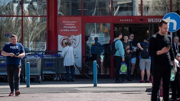 Tradycyjne sklepy będą musiały poważnie zmierzyć się z mediami społecznościowymi /MondayNews