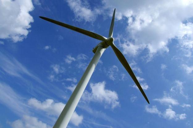 Tradycyjne wieże turbin wiatrowych mają kształt stalowych rur /© Panthermedia