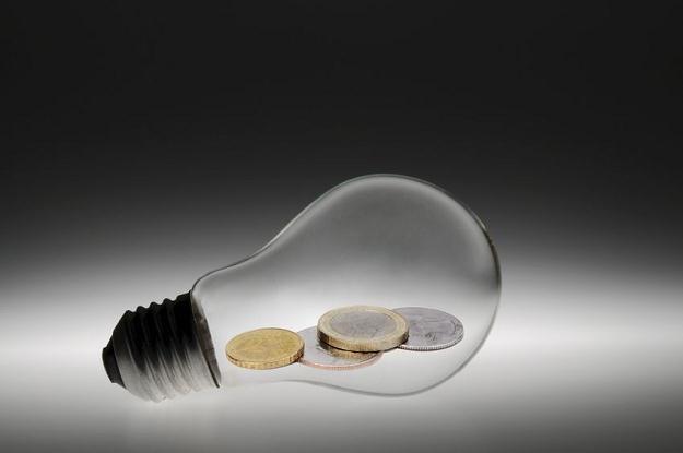 Tradycyjne żarówki 25 watowe jako ostatnie wycofano ze sprzedaży niespełna rok temu /©123RF/PICSEL