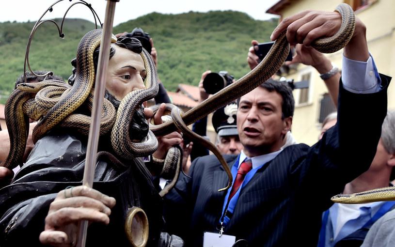Tradycyjnie przed uroczystościami łapano w okolicy węże /AFP