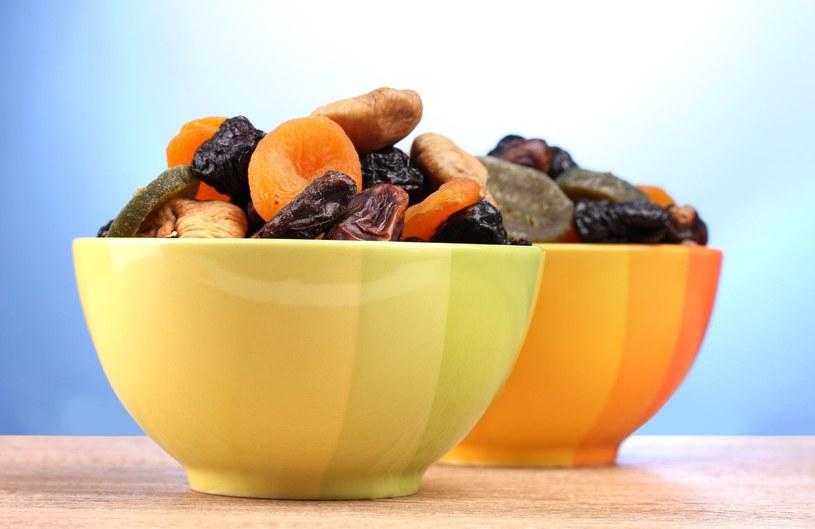 Tradycyjnie suszone na słońcu lub - szybszym sposobem - w piecach przemysłowych, owoce suszone zawierają trzy razy mniej wody niż owoce świeże, ale za to zawarte w nich składniki odżywcze są bardziej skondensowane /123RF/PICSEL