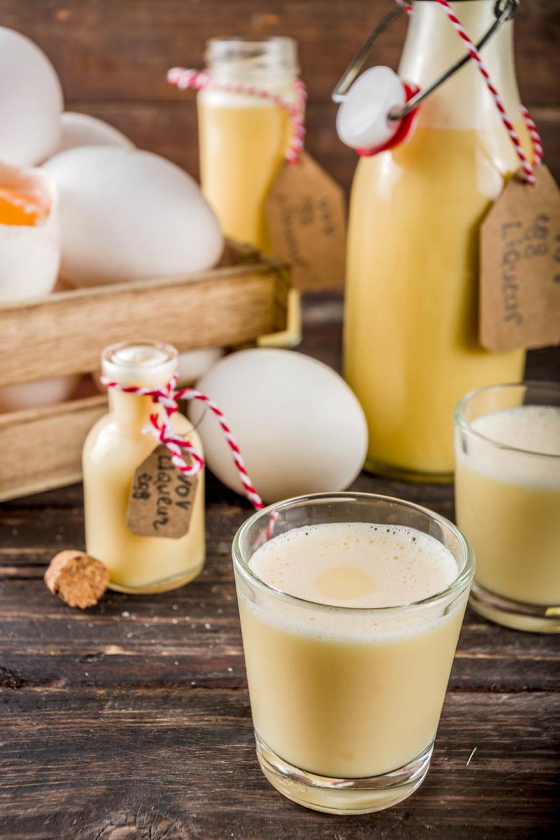 Tradycyjnie używa się surowych jaj, ale my polecamy bezpieczniejszą wersję z jajkiem zaparzonym /123RF/PICSEL